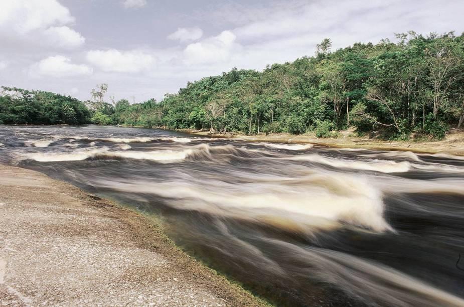 É possível chegar às cachoeiras pela rodovia AM-240 para Balbina ou pela BR-174 para Boa Vista