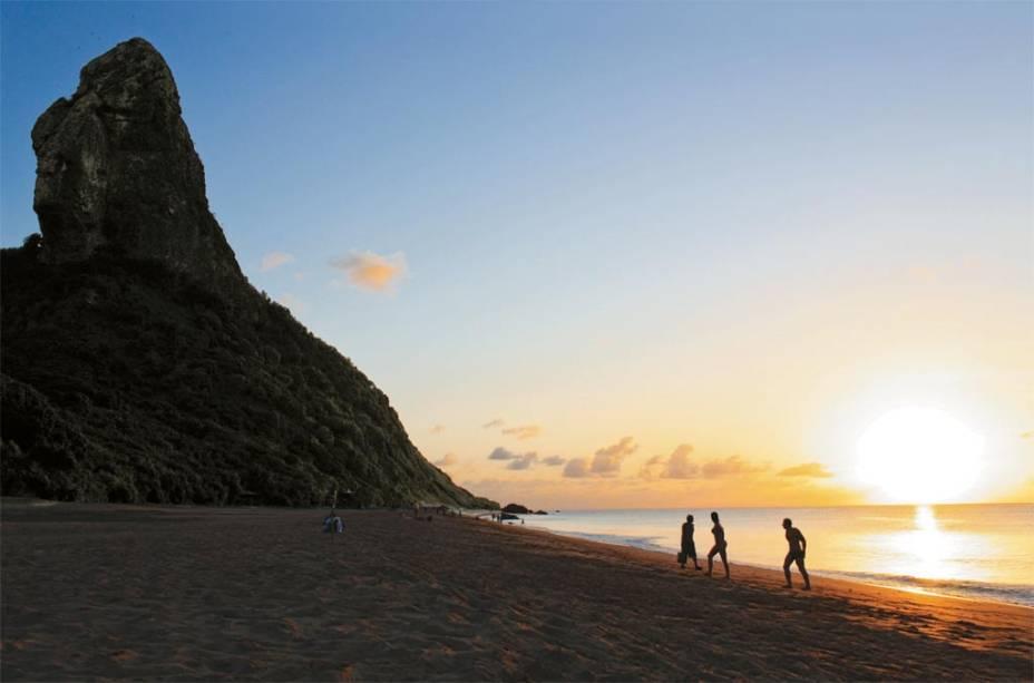 O Morro do Pico e o por do sol na <strong>Praia da Conceição</strong>; o crepúsculo é a melhor hora para visitar o lugar, e aproveite a noitinha para curtir um dos melhores bares de Noronha: o Bar do Meio, que fica há onze minutos andando da praia.