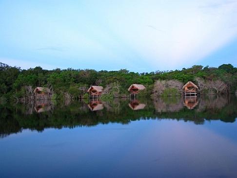 <strong>HOTEL SUSTENTÁVEL DO ANO - Juma Amazon Lodge (Autazes/AM)</strong>        Foi erguido com 100% de árvores mortas ou madeira aproveitada de outras construções. A 30 m do solo, os quartos alinham-se à copa das árvores e são cobertos com palha para interferir pouco no hábitat. Em 2013, investiu 80 mil reais na construção de uma estação de tratamento de esgoto. Além da coleta seletiva, o hotel capacita os moradores locais e mantém um terço dos aposentos abastecidos por energia solar.