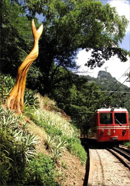O Trem do Corcovado leva os turistas ao Cristo Redentor