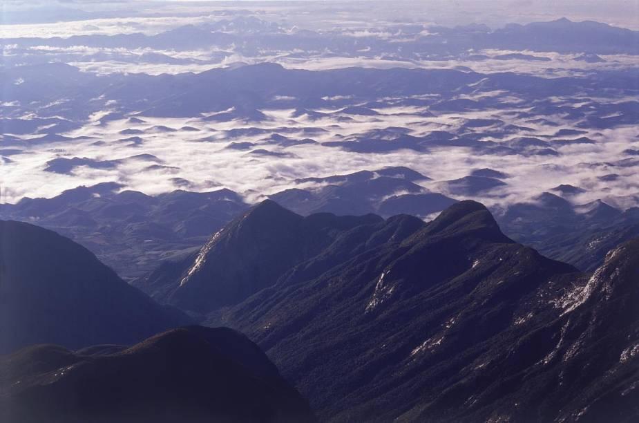 """A cidade tem a principal entrada para o Parque Nacional do Caparaó, que fica na na divisa entre os estados de Minas Gerais e Espírito Santo e tem como principal atrativo o Pico da Bandeira, terceira montanha mais alta do país. <a href=""""https://www.booking.com/searchresults.pt-br.html?aid=332455&lang=pt-br&sid=eedbe6de09e709d664615ac6f1b39a5d&sb=1&src=searchresults&src_elem=sb&error_url=https%3A%2F%2Fwww.booking.com%2Fsearchresults.pt-br.html%3Faid%3D332455%3Bsid%3Deedbe6de09e709d664615ac6f1b39a5d%3Bcity%3D-624298%3Bclass_interval%3D1%3Bdest_id%3D18959%3Bdest_type%3Dcity%3Bdtdisc%3D0%3Bfrom_sf%3D1%3Bgroup_adults%3D2%3Bgroup_children%3D0%3Binac%3D0%3Bindex_postcard%3D0%3Blabel_click%3Dundef%3Bno_rooms%3D1%3Boffset%3D0%3Bpostcard%3D0%3Braw_dest_type%3Dcity%3Broom1%3DA%252CA%3Bsb_price_type%3Dtotal%3Bsearch_selected%3D1%3Bsrc%3Dsearchresults%3Bsrc_elem%3Dsb%3Bss%3DPresidente%2520Figueiredo%252C%2520%25E2%2580%258BAmazonas%252C%2520%25E2%2580%258BBrasil%3Bss_all%3D0%3Bss_raw%3DPresidente%2520Figueiredo%3Bssb%3Dempty%3Bsshis%3D0%3Bssne_untouched%3DAlter%2520do%2520Ch%25C3%25A3o%26%3B&ss=Capara%C3%B3%2C+%E2%80%8BMinas+Gerais%2C+%E2%80%8BBrasil&ssne=Presidente+Figueiredo&ssne_untouched=Presidente+Figueiredo&city=18959&checkin_monthday=&checkin_month=&checkin_year=&checkout_monthday=&checkout_month=&checkout_year=&no_rooms=1&group_adults=2&group_children=0&highlighted_hotels=&from_sf=1&ss_raw=Alto+Capara%C3%B3&ac_position=0&ac_langcode=xb&dest_id=-634931&dest_type=city&search_pageview_id=67eb71e2e87a0332&search_selected=true&search_pageview_id=67eb71e2e87a0332&ac_suggestion_list_length=1&ac_suggestion_theme_list_length=0"""" target=""""_blank"""" rel=""""noopener""""><em>Busque hospedagens em Caparaó</em></a>"""
