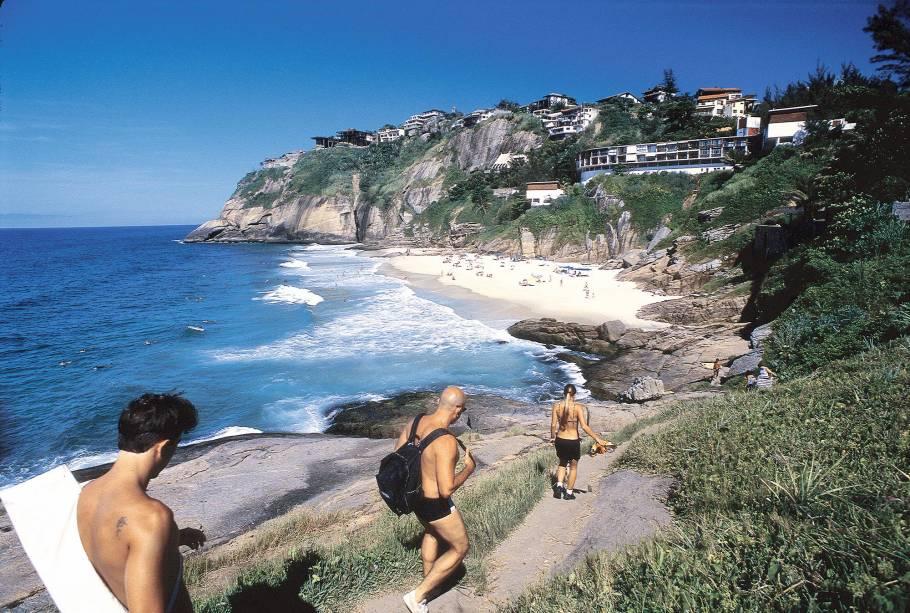 """<a href=""""http://viajeaqui.abril.com.br/estabelecimentos/br-rj-rio-de-janeiro-atracao-praia-do-joa-joatinga"""" rel=""""Praia da Joatinga """" target=""""_blank""""><strong>Praia da Joatinga </strong></a>    O hype da praia pequena e com mar agitado é sua localização escondida entre as pedras e casarões e o mar com belos tons de verde e azul. O acesso é feito por um condomínio particular"""