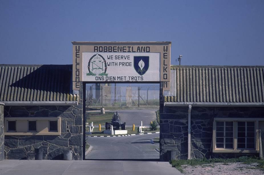 """Na prisão de <a href=""""http://viajeaqui.abril.com.br/estabelecimentos/africa-do-sul-cidade-do-cabo-atracao-robben-island"""" rel=""""Robben Island"""" target=""""_blank"""">Robben Island</a>, Nelson Mandela cumpriu 17 dos 27 anos de sua pena. O local foi transformado em um museu e mantém objetos dos antigos presos"""