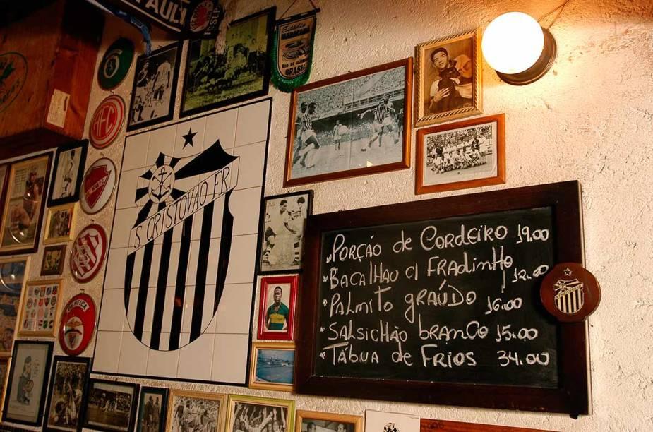 """<a href=""""http://viajeaqui.abril.com.br/estabelecimentos/br-sp-sao-paulo-restaurante-sao-cristovao"""" rel=""""São Cristóvão, São Paulo:"""" target=""""_blank""""><strong>São Cristóvão, São Paulo:</strong></a>        Localizado na Vila Madalena, a decoração do bar homenageia o futebol. O chope acompanha muito bem o filé à Oswaldo Aranha."""
