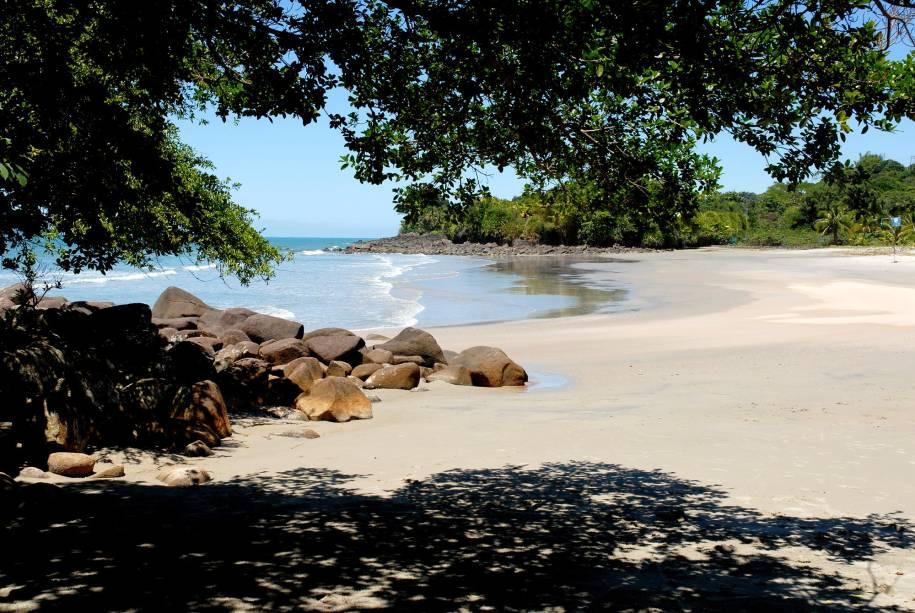 <strong>Praia Preta</strong> Com areia escura e batida, tem pequenas palmeiras servem de suporte para redes montadas por turistas. Do lado direito, com acesso pelas pedras, está a pequenina Praia das Conchas.