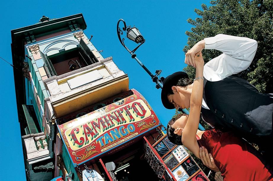 """<strong>Buenos Aires – 3 noites –R$ 989</strong><br />    <br />    O pacote para <a href=""""http://viajeaqui.abril.com.br/cidades/ar-buenos-aires"""" rel=""""Buenos Aires"""">Buenos Aires</a> inclui passagem aérea pela Aerolíneas Argentinas, em classe econômica, três noites de hospedagem no hotel <a href=""""http://viajeaqui.abril.com.br/estabelecimentos/ar-buenos-aires-hospedagem-waldorf"""" rel=""""Waldorf"""">Waldorf</a>, café da manhã, traslados de chegada e saída, assistência local e seguro Travel Ace.<br />    <br />    <strong>Quando: </strong>saídas de 9 de março a 10 de junho<br />    <strong>Pagamento: </strong>parcelado em 10 vezes sem juros<br />    <strong>Quem leva: </strong>a <strong>Agaxtur</strong> (11/3067-0900, <a href=""""http://www.agaxtur.com.br/"""" target=""""_blank"""">www.agaxtur.com.br</a>)"""