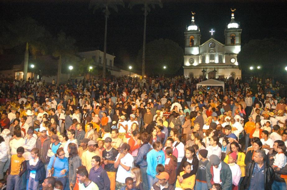 Público durante o Cortejo das Tradições no encerramento do Festival do Vale do Café, na Praça do Barão de Campo Belo, em Vassouras (RJ), ao fundo a Igreja Matriz de Nossa Senhora da Conceição