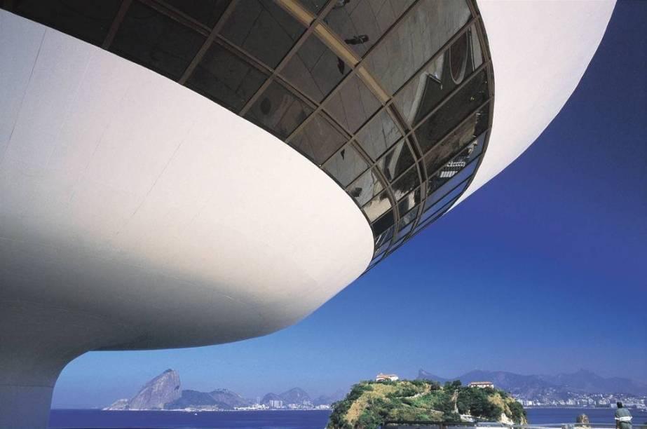 """<strong>8. <a href=""""/cidades/br-rj-niteroi"""" target=""""_blank"""">Niterói</a> (2 dias)</strong>Ela não se gaba apenas por ter a vista mais fotogênica do Rio, mas também pelas lindas praias e pelo <a href=""""http://viajeaqui.abril.com.br/estabelecimentos/br-rj-niteroi-atracao-museu-de-arte-contemporanea""""><strong>Museu de Arte Contemporânea</strong></a>, obra-prima do arquiteto Oscar Niemeyer."""