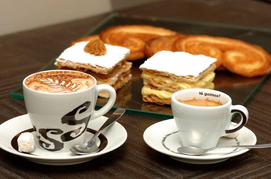 """<a href=""""http://viajeaqui.abril.com.br/estabelecimentos/br-rs-porto-alegre-restaurante-press-cafe"""" rel=""""Press Café (Porto Alegre)""""><strong>Press Café (Porto Alegre)</strong></a>            O Grupo Press trabalha com café de origem artesanal, cultivado em <a href=""""http://viajeaqui.abril.com.br/cidades/br-sp-mococa"""" rel=""""Mococa"""">Mococa</a>, no interior de São Paulo. O grão chega à cafeteria com torra média clara, que valoriza a doçura e a acidez da bebida. Os baristas, treinados tanto na parte teórica como na prática, recebem mensalmente um material com as novidades da área e passam por uma avaliação para que a qualidade seja sempre mantida. No total, são oito tipos de espresso, oito cappuccinos e lattes, cinco drinks quentes e cinco gelados preparados com café pela especialista <strong>Lisandra Brancher</strong> e pelos mais de 20 baristas, que se revezam atrás do balcão das seis unidades. <em>Av. Pe. Cacique, 2000, Fundação Iberê Camargo (Cristal),51/3266-1943</em>"""