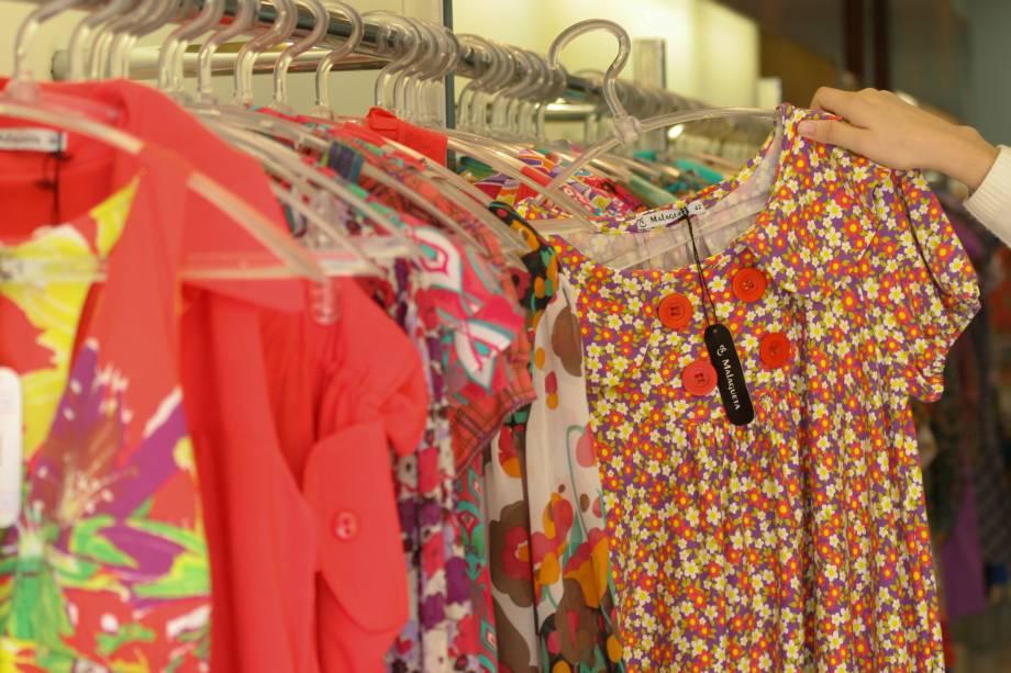 """<a href=""""http://viajeaqui.abril.com.br/estabelecimentos/br-sp-sao-paulo-atracao-rua-jose-paulino"""" rel=""""Rua José Paulino"""" target=""""_blank""""><strong>Rua José Paulino</strong></a>            A rua reúne lojas com roupas (a maioria feminina) """"de boutique"""" a preços de atacado. De segunda à quinta nem todas as lojas vendem a varejo e dificilmente é possível provar as peças. Aos domingos as lojas estão fechadas."""