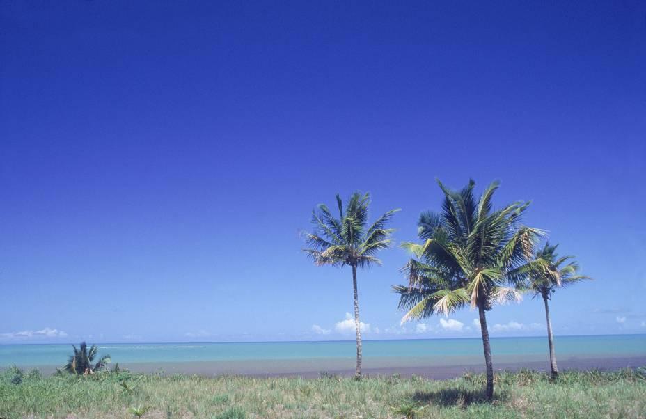 "<strong>Praia Barra Velha, Caraíva</strong>A longa extensão de praia Barra Velha faz parte da reserva indígena Pataxó. Ao longe, do lado direito, é possível avistar a <strong>Ponta do Corumbau</strong>. A água é verde, cristalina, e o mar, colorido por barcos de pescadores – especialmente os indígenas.<a href=""https://www.booking.com/searchresults.pt-br.html?aid=332455&sid=605c56653290b80351df808102ac423d&sb=1&src=searchresults&src_elem=sb&error_url=https%3A%2F%2Fwww.booking.com%2Fsearchresults.pt-br.html%3Faid%3D332455%3Bsid%3D605c56653290b80351df808102ac423d%3Bcity%3D900040389%3Bclass_interval%3D1%3Bdest_id%3D900051125%3Bdest_type%3Dcity%3Bdtdisc%3D0%3Bfrom_sf%3D1%3Bgroup_adults%3D2%3Bgroup_children%3D0%3Binac%3D0%3Bindex_postcard%3D0%3Blabel_click%3Dundef%3Bno_rooms%3D1%3Boffset%3D0%3Bpostcard%3D0%3Braw_dest_type%3Dcity%3Broom1%3DA%252CA%3Bsb_price_type%3Dtotal%3Bsearch_selected%3D1%3Bsrc%3Dsearchresults%3Bsrc_elem%3Dsb%3Bss%3DCorumbau%252C%2520Bahia%252C%2520Brasil%3Bss_all%3D0%3Bss_raw%3DCorumbau%3Bssb%3Dempty%3Bsshis%3D0%3Bssne_untouched%3DMorro%2520de%2520S%25C3%25A3o%2520Paulo%26%3B&ss=Cara%C3%ADva%2C+Bahia%2C+Brasil&ssne=Corumbau&ssne_untouched=Corumbau&city=900051125&checkin_monthday=&checkin_month=&checkin_year=&checkout_monthday=&checkout_month=&checkout_year=&group_adults=2&group_children=0&no_rooms=1&from_sf=1&ss_raw=Caraiva&ac_position=0&ac_langcode=xb&dest_id=-635449&dest_type=city&place_id_lat=-16.799999&place_id_lon=-39.150002&search_pageview_id=029b91ba39ce017b&search_selected=true&search_pageview_id=029b91ba39ce017b&ac_suggestion_list_length=5&ac_suggestion_theme_list_length=0"" target=""_blank"" rel=""noopener""><em>Busque hospedagens em Caraíva</em></a>"