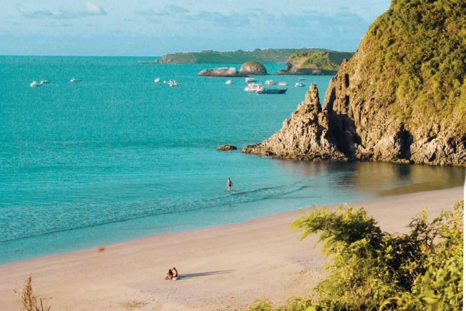 """<strong><a href=""""http://viajeaqui.abril.com.br/estabelecimentos/br-pe-fernando-de-noronha-atracao-praia-do-meio"""" rel=""""Praia do Meio - Fernando de Noronha"""" target=""""_blank"""">Praia do Meio - Fernando de Noronha</a></strong>        A praia é deserta e boa para surfe. O acesso pode ser feito a pé ou de bugue."""