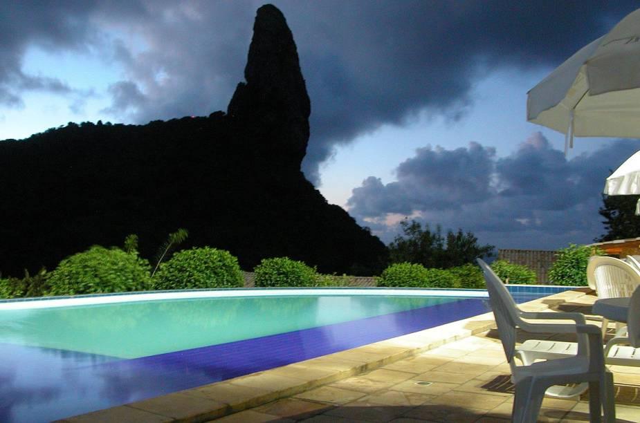 A piscina da pousada, com vista para o Morro do Pico