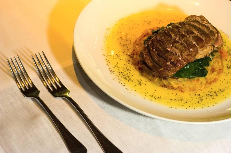 Peito de pato grelhado com molho de laranja e batata roesti sobre leito de espinafre, prato do restaurante estrelado pelo GUIA QUATRO RODAS, o Les Roches, em Itaipava, Petrópolis (RJ)