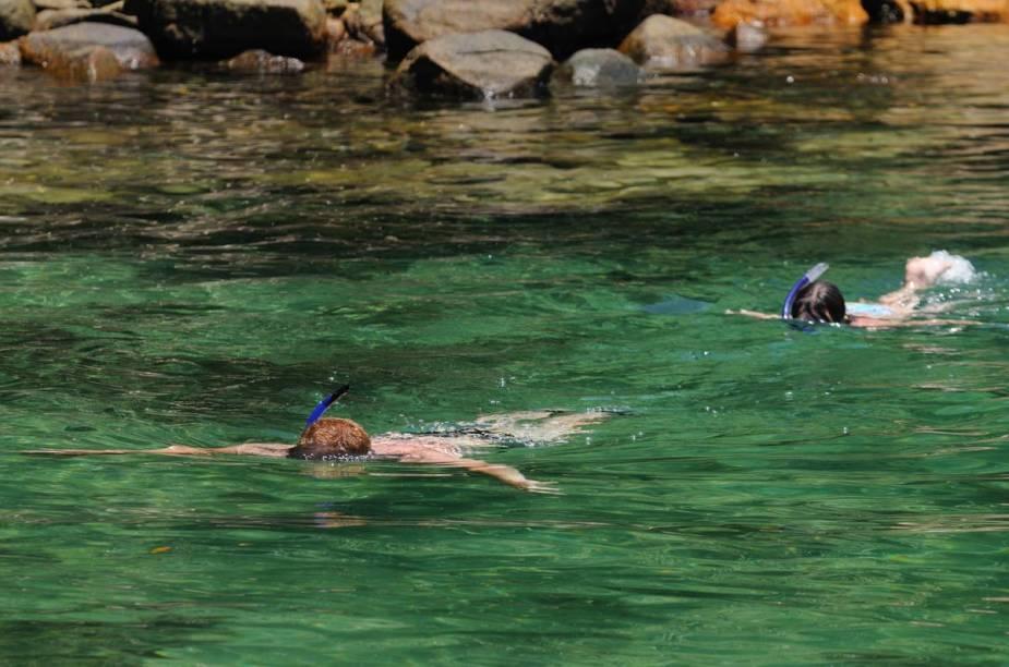 Turistas mergulhando na Lagoa Azul, na Ilha Grande
