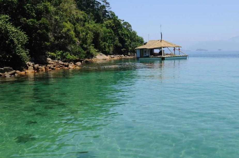 """O destino é conhecido pelas belas praias combinadas a um preservado trecho da Mata Atlântica.O único jeito de alcançar a ilha é de barco, a partir de Angra dos Reis ou de Mangaratiba.<a href=""""https://www.booking.com/searchresults.pt-br.html?aid=332455&lang=pt-br&sid=eedbe6de09e709d664615ac6f1b39a5d&sb=1&src=searchresults&src_elem=sb&error_url=https%3A%2F%2Fwww.booking.com%2Fsearchresults.pt-br.html%3Faid%3D332455%3Bsid%3Deedbe6de09e709d664615ac6f1b39a5d%3Bcity%3D900051129%3Bclass_interval%3D1%3Bdest_id%3D-644945%3Bdest_type%3Dcity%3Bdtdisc%3D0%3Bfrom_sf%3D1%3Bgroup_adults%3D2%3Bgroup_children%3D0%3Binac%3D0%3Bindex_postcard%3D0%3Blabel_click%3Dundef%3Bno_rooms%3D1%3Boffset%3D0%3Bpostcard%3D0%3Braw_dest_type%3Dcity%3Broom1%3DA%252CA%3Bsb_price_type%3Dtotal%3Bsearch_selected%3D1%3Bsrc%3Dsearchresults%3Bsrc_elem%3Dsb%3Bss%3DGon%25C3%25A7alves%252C%2520%25E2%2580%258BMinas%2520Gerais%252C%2520%25E2%2580%258BBrasil%3Bss_all%3D0%3Bss_raw%3DGon%25C3%25A7alves%3Bssb%3Dempty%3Bsshis%3D0%3Bssne_untouched%3DConcei%25C3%25A7%25C3%25A3o%2520do%2520Ibitipoca%26%3B&ss=Ilha+Grande%2C+%E2%80%8BBrasil&ssne=Gon%C3%A7alves&ssne_untouched=Gon%C3%A7alves&city=-644945&checkin_monthday=&checkin_month=&checkin_year=&checkout_monthday=&checkout_month=&checkout_year=&no_rooms=1&group_adults=2&group_children=0&highlighted_hotels=&from_sf=1&ss_raw=Ilha+Grande&ac_position=0&ac_langcode=xb&dest_id=3464&dest_type=region&search_pageview_id=5af3723f3c62006e&search_selected=true&search_pageview_id=5af3723f3c62006e&ac_suggestion_list_length=5&ac_suggestion_theme_list_length=0"""" target=""""_blank"""" rel=""""noopener""""><em>Busque hospedagens em Ilha Grande</em></a>"""