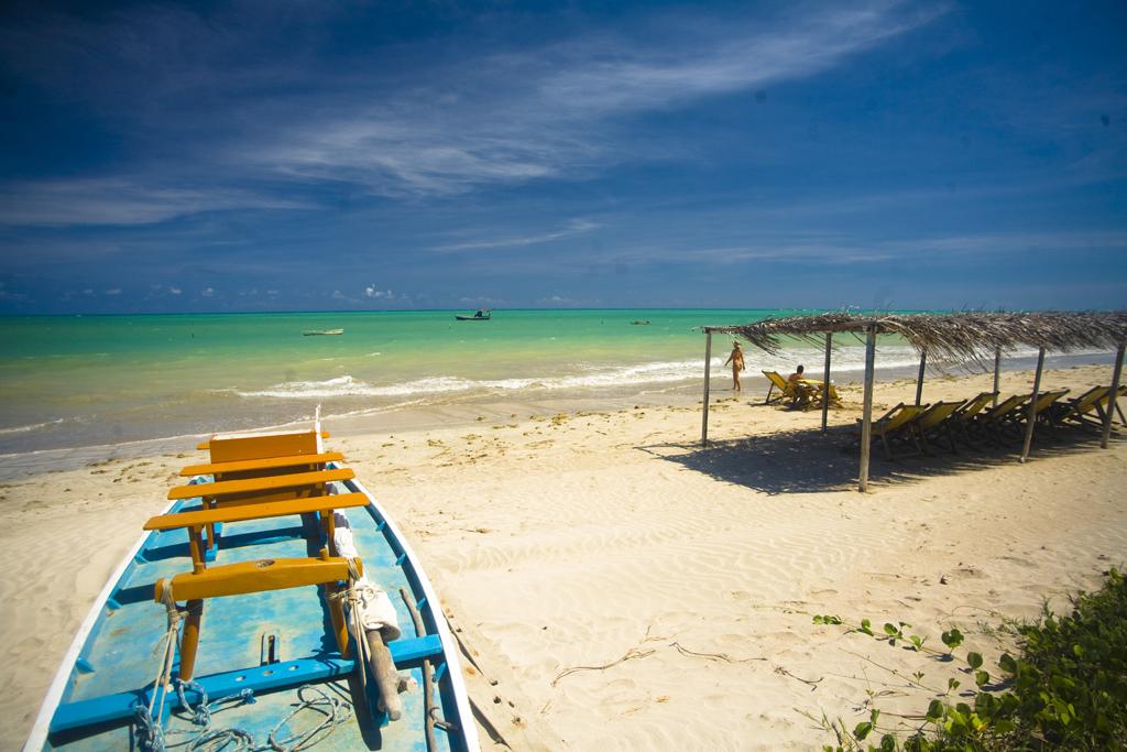 Jangada para passeio na Praia do Toque, em São Miguel dos Milagres, Alagoas