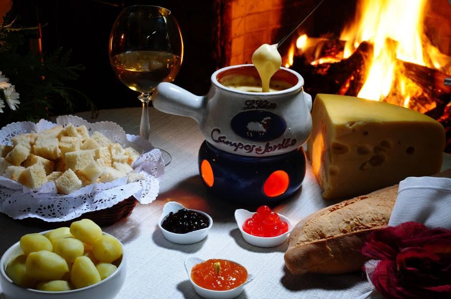 Fondue de queijo do Le Foyer Restaurante, da pousada Chatteau La Villette, em Campos do Jordão, São Paulo. O restaurante e a pousada são recomendados pelo GUIA QUATRO RODAS