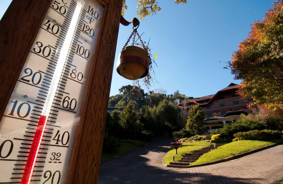 """<a href=""""http://viajeaqui.abril.com.br/cidades/br-rs-gramado"""" rel=""""Gramado"""" target=""""_blank""""><strong>Gramado</strong></a>    Em abril, as temperaturas da serra Gaúcha começam a baixar, antecipando o gostinho do inverno. Gramado está a mil na Páscoa com a <a href=""""http://viajeaqui.abril.com.br/estabelecimentos/br-rs-gramado-atracao-chocofest"""" rel=""""Chocofest"""" target=""""_blank"""">Chocofest</a>, um grande festival de chocolates com paradas de rua à Disney e aulas de culinária para crianças. Neste pacote, são quatro noites no <a href=""""http://www.gjphotels.com/"""" rel=""""resort Serrano"""" target=""""_blank"""">resort Serrano</a>, que tem piscina coberta e quadras de tênis. Inclui tours por Canela e Nova Petrópolis.    <strong>Quando:</strong> em 30 de abril    <strong>Quem leva:</strong> A <a href=""""http://www.flytour.com.br/"""" rel=""""Flytour"""" target=""""_blank"""">Flytour</a> (0800-118687)    <strong>Quanto:</strong> R$ 2 245"""