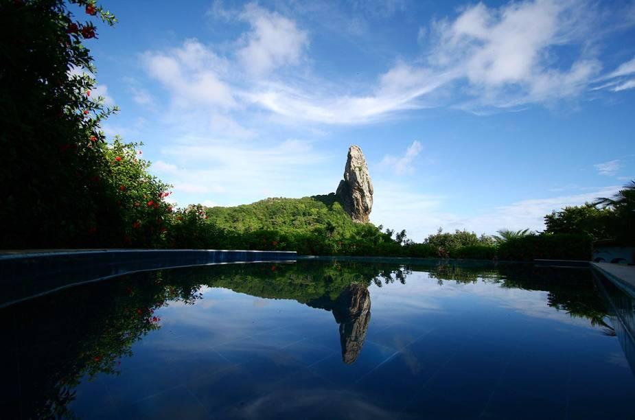 A vista da piscina com borda infinita garante belos cliques do Morro do Pico, ao fundo