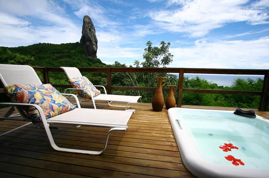 A banheira na varanda do bangalô especial da pousada Zé Maria tem vista para o Morro do Pico, e uma vegetação rasteira garante privacidade dos hóspedes