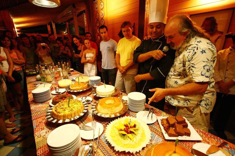 O dono da pousada, Zé Maria (à direita), apresenta os pratos do Festival Gastronômico - que ele realiza às quartas e sábados