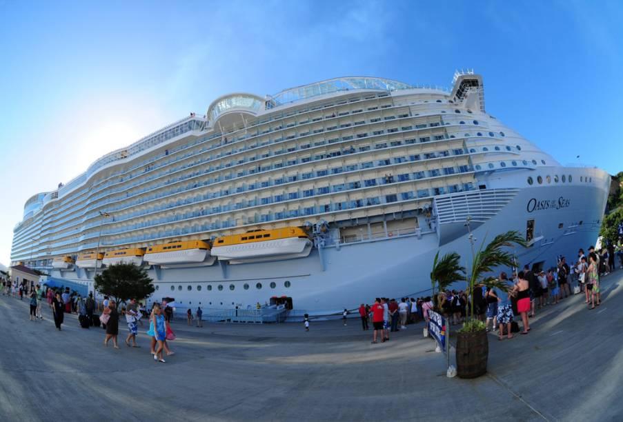 """<strong>Caribe a bordo do Oasis of the Seas – 10 noites – US$ 2 273</strong><br />      O pacote inclui passagem aérea, três noites de hospedagem no hotel Deauville (sem café da manhã), em Miami, e sete noites a bordo do cruzeiro Oasis of the Seas, em cabine interna L e pensão completa. O roteiro é o seguinte: Fort Lauderdale, Bahamas, St. Thomas, St. Maarten e F. Lauderdale.<br />      <br />      <strong>Quando:</strong> saída em 1.º de novembro<br />      <strong>Pagamento:</strong> à vista ou em 10 vezes no cheque pré-datado ou cartão de crédito Visa, Diners, Mastercard ou American Express.<br />      <strong>Quem leva:</strong> a <strong>Visual Turismo</strong> tel. (11) 3235-2000/ site <a href=""""http://www.visualturismo.com.br"""" rel=""""www.visualturismo.com.br"""" target=""""_blank"""">www.visualturismo.com.br</a>"""