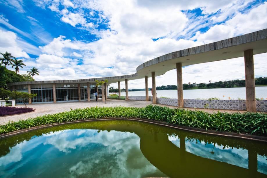 """Projetada por Niemeyer, a Casa do Baile faz parte do <a href=""""http://viajeaqui.abril.com.br/estabelecimentos/br-mg-belo-horizonte-atracao-complexo-arquitetonico-da-pampulha"""" rel=""""Complexo Arquitetônico da Pampulha"""">Complexo Arquitetônico da Pampulha</a>, em Belo Horizonte (MG)"""