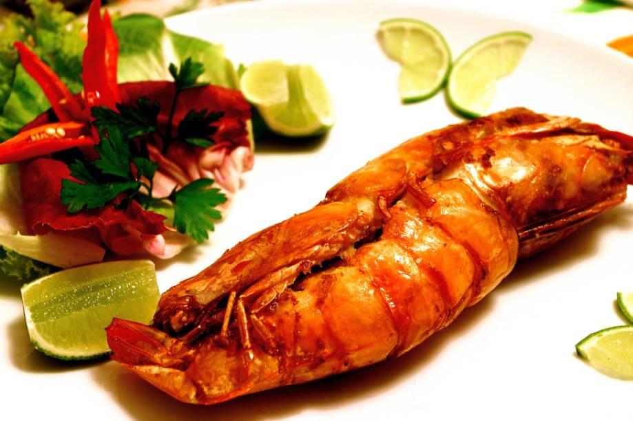Prato típido da mesa caiçara, o Camarão casadinho, feito com dois camarões grandes recheados com farofa, é servido no restaurante Refúgio