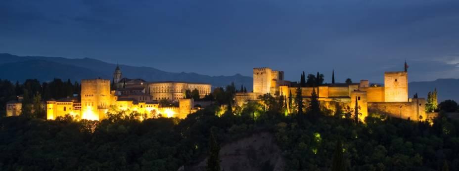 Último bastião da resistência árabe na Espanha, o Palácio de Alhambra é hoje reconhecido como patrimônio da humanidade