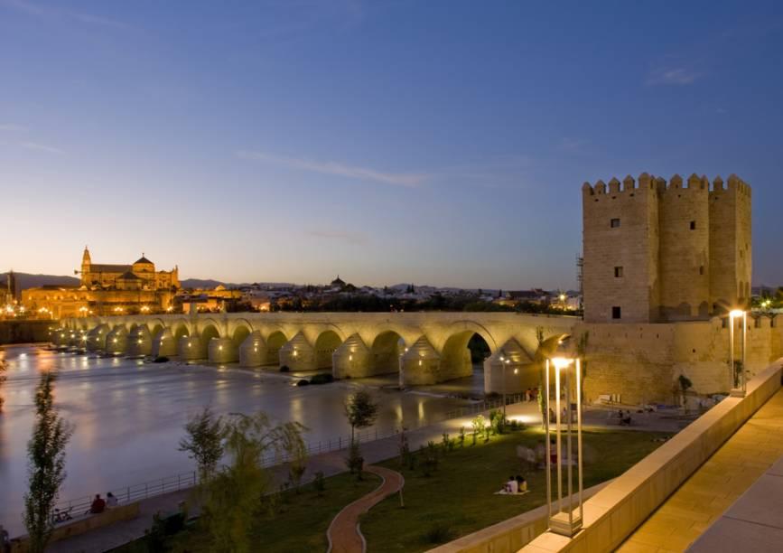 Ponte romana sobre o rio Guadalquivir e, à esquerda, a Grande Mesquita de Córdoba