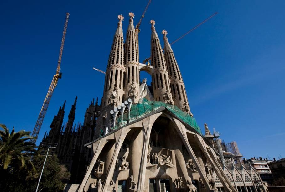 Gaudí dedicou 40 anos de sua vida ao seu maior desafio: a construção da Basílica da Sagrada Família. Sem concluir o projeto, o arquiteto foi enterrado na cripta da construção