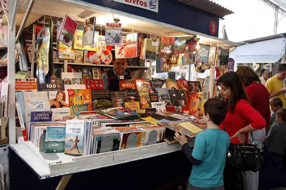 A Feira do Livro, que acontece desde 1955 no centro de Porto Alegre, no Rio Grande do Sul, é uma boa oportunidade para comprar livros com descontos e encontrar raridades