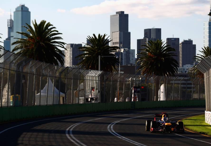 """Atual campeão da Fórmula 1, o alemão Sebastian Vettel, da Red Bull Racing, desfila sua carro pelo circuito de Albert Park, em <a href=""""http://viajeaqui.abril.com.br/cidades/australia-melbourne"""" rel=""""Melbourne"""" target=""""_blank"""">Melbourne</a>, na <a href=""""http://viajeaqui.abril.com.br/paises/australia"""" rel=""""Austrália"""" target=""""_blank"""">Austrália</a>"""