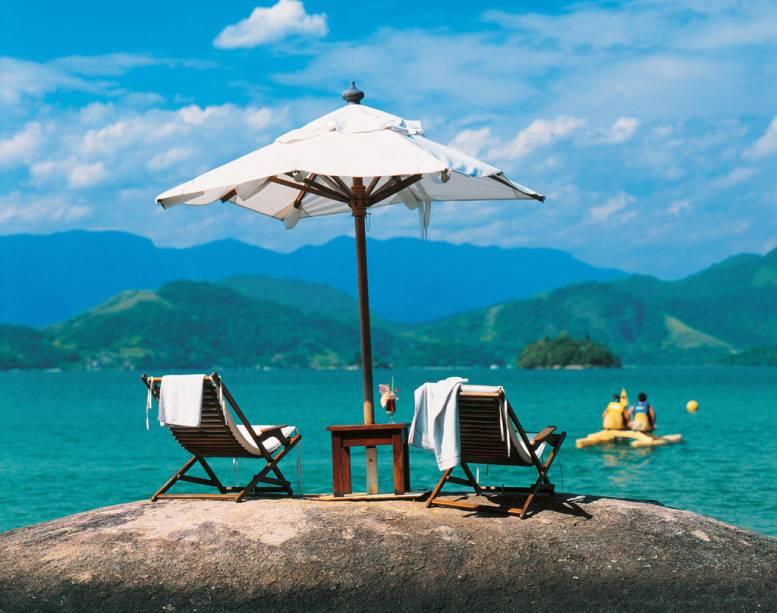Quem se hospeda no Pestana Angra Beach Bangalôs pode aproveitar o sol nos românticos gazebos espalhados pela areia da praia