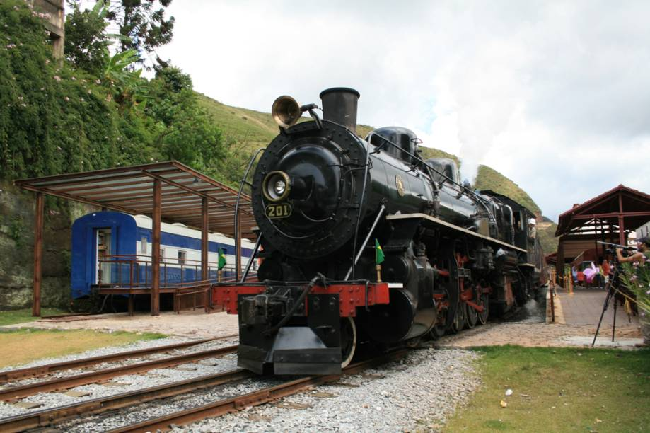 """O <a href=""""http://viajeaqui.abril.com.br/estabelecimentos/br-mg-mariana-atracao-passeio-de-trem-ate-ouro-preto"""" rel=""""passeio de trem de Mariana até Ouro Preto"""">passeio de trem de Mariana até Ouro Preto</a>percorre 18 quilômetros em cerca de uma hora;para apreciar montanhas, cânions, rio e cachoeiras, como a do Tombadouro, mantenha-se do lado esquerdo"""
