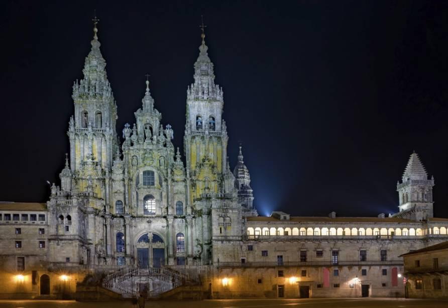 A Catedral de Santiago de Compostela foi construída no século 12 sob as ordens de Afonso II ao saber que os restos mortais supostamente do Apóstolo Tiago estariam enterrados na cidade
