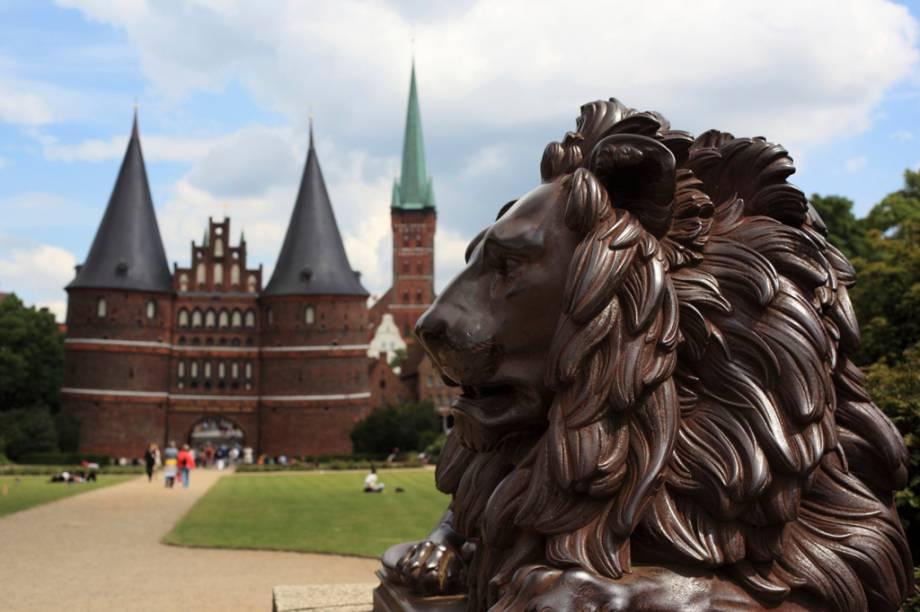O portão medieval de Holstein - erguido no século 15 com muralhas de até 3,5 metros de espessura - abre alas para o centro histórico de Lübeck