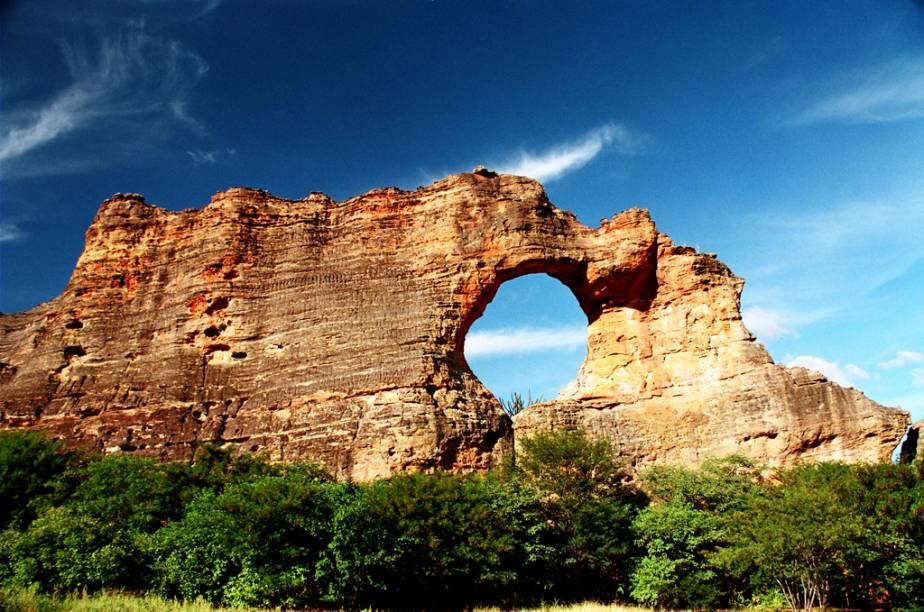 """O Parque Nacional da Serra da Capivara é um oásis na região semi-árida do sudeste do Piauí. A região tem uma paisagem única, com cânions, baixões e serras, e de uma enorme concentração de arte rupestre pré-histórica.<a href=""""https://www.booking.com/searchresults.pt-br.html?aid=332455&lang=pt-br&sid=eedbe6de09e709d664615ac6f1b39a5d&sb=1&src=searchresults&src_elem=sb&error_url=https%3A%2F%2Fwww.booking.com%2Fsearchresults.pt-br.html%3Faid%3D332455%3Bsid%3Deedbe6de09e709d664615ac6f1b39a5d%3Bclass_interval%3D1%3Bdest_id%3D1347%3Bdest_type%3Dregion%3Bdtdisc%3D0%3Bfrom_sf%3D1%3Bgroup_adults%3D2%3Bgroup_children%3D0%3Binac%3D0%3Bindex_postcard%3D0%3Blabel_click%3Dundef%3Bno_rooms%3D1%3Boffset%3D0%3Bpostcard%3D0%3Braw_dest_type%3Dregion%3Broom1%3DA%252CA%3Bsb_price_type%3Dtotal%3Bsearch_selected%3D1%3Bsrc%3Dsearchresults%3Bsrc_elem%3Dsb%3Bss%3DMaranh%25C3%25A3o%252C%2520%25E2%2580%258BBrasil%3Bss_all%3D0%3Bss_raw%3DMaranh%25C3%25A3o%3Bssb%3Dempty%3Bsshis%3D0%3Bssne_untouched%3DCear%25C3%25A1%26%3B&ss=Piau%C3%AD%2C+%E2%80%8BBrasil&ssne=Maranh%C3%A3o&ssne_untouched=Maranh%C3%A3o&checkin_monthday=&checkin_month=&checkin_year=&checkout_monthday=&checkout_month=&checkout_year=&no_rooms=1&group_adults=2&group_children=0&highlighted_hotels=&from_sf=1&ss_raw=Piau%C3%AD+&ac_position=0&ac_langcode=xb&dest_id=1346&dest_type=region&search_pageview_id=2c457a0695c70306&search_selected=true&search_pageview_id=2c457a0695c70306&ac_suggestion_list_length=5&ac_suggestion_theme_list_length=0"""" target=""""_blank"""" rel=""""noopener""""><em>Busque hospedagens em Piauí</em></a>"""