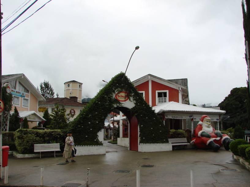 """Conhecido como """"Shopping do Papai Noel"""", a Pequena Finlândia, em Penedo, Rio de Janeiro, abriga a casa do bom velhinho, uma versão da matriz, na Finlândia, com direito a trenó de mais de 128 anos"""