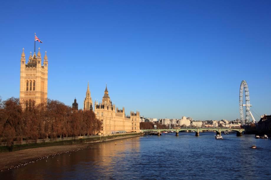 Vista do Rio Tâmisa, com o Palácio Westminster à esquerda e o London Eye, à direita