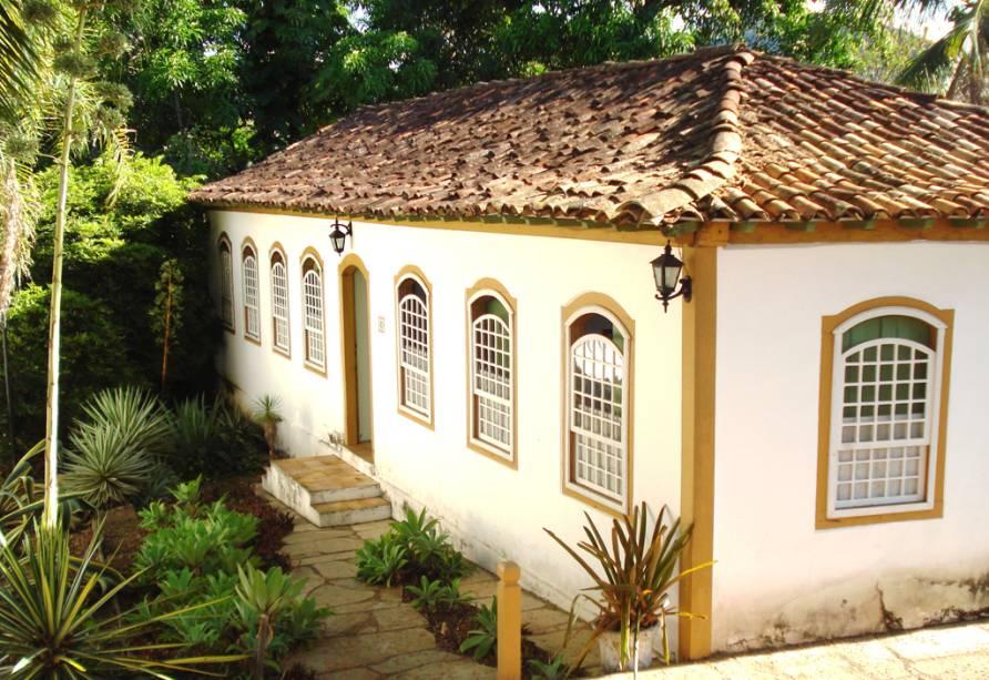 """<strong><a href=""""http://viajeaqui.abril.com.br/cidades/br-go-pirenopolis"""" target=""""_self"""">Pirenópolis</a>, <a href=""""http://viajeaqui.abril.com.br/estados/br-goias"""" target=""""_self"""">Goiás</a></strong> Fundada por bandeirantes por volta do século XVIII, a cidade possui diversas casas coloniais bem preservadas. Muitas dessas construções conservam os detalhes originais, sendo rodeadas por ruas e ladeiras de pedra. Nos arredores da região, o turismo se intensifica ainda mais graças às suas belas cachoeiras e reservas ecológicas, ideais para quem busca roteiros de aventura <em><a href=""""http://www.booking.com/city/br/pirenopolis.pt-br.html?aid=332455&label=viagemabril-cidades-historicas-do-brasil"""" target=""""_blank"""">Veja preços de hotéis em Pirenópolis no Booking.com</a></em>"""