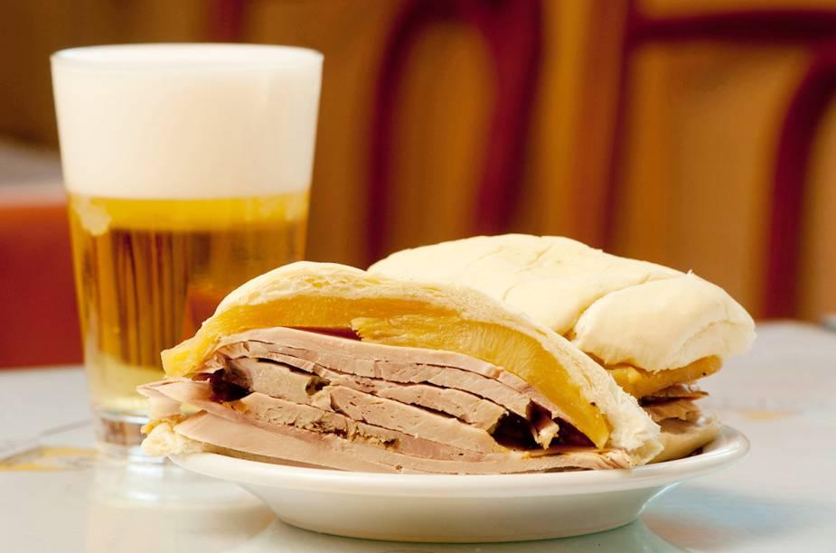 """<a href=""""http://viajeaqui.abril.com.br/estabelecimentos/br-rj-rio-de-janeiro-restaurante-cervantes"""" rel=""""Cervantes """" target=""""_blank""""><strong>Cervantes </strong></a>Os sanduíches com abacaxi são a marca registrada da casa. Os mais pedidos são os de pernil e o de filé-mignon com queijo."""