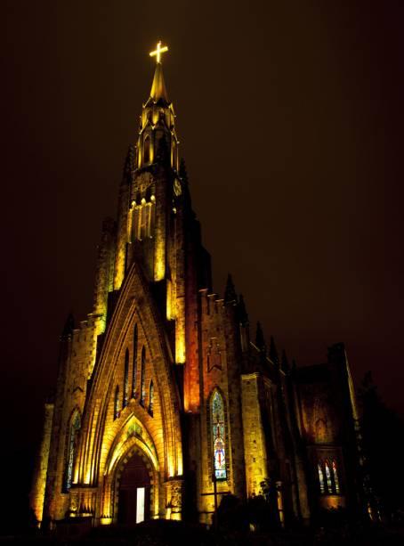 Erguido no estilo gótico inglês em 1953, o templo recebe iluminação colorida à noite