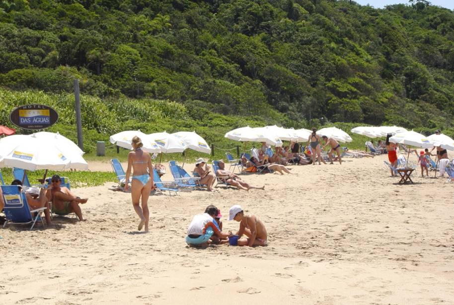 Muito frequentada por turistas, a Praia dos Amores tem mar agitado e orla repleta de bares e quiosques