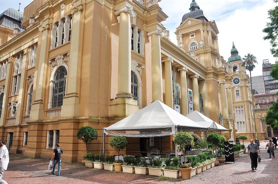 """<strong>21. <a href=""""http://viajeaqui.abril.com.br/estabelecimentos/br-rs-porto-alegre-atracao-de-arte-do-rio-grande-do-sul-margs"""" rel=""""Museu de Arte do Rio Grande do Sul"""" target=""""_self"""">Museu de Arte do Rio Grande do Sul</a>, <a href=""""http://viajeaqui.abril.com.br/cidades/br-rs-porto-alegre"""" rel=""""Porto Alegre"""" target=""""_self"""">Porto Alegre</a>, <a href=""""http://viajeaqui.abril.com.br/estados/br-rio-grande-do-sul"""" rel=""""RS"""" target=""""_self"""">RS</a></strong>                O prédio da antiga Delegacia Fiscal abriga obras de artistas como Cândido Portinari e Di Cavalcanti em seu acervo. As peças são trocadas durante o ano de acordo com a curadoria do museu. Além das salas de exposições, há uma lojinha, um café e um bistrô"""