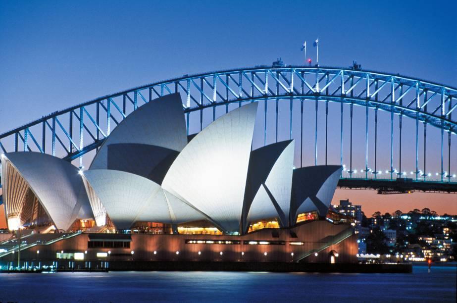 """<strong>Sydney, Austrália (2000)</strong><br />    Com apenas 17 anos, o australiano Ian Thorpe, conhecido como """" o torpedo"""" sagrou-se o grande nome dos jogos na terra dos cangurus, conseguindo três medalhas de ouro na natação e surpreendendo o mundo. A Olimpíada dos inéditos também presenciou o primeiro ouro de Camarões no futebol.<br />    <a href=""""http://viajeaqui.abril.com.br/cidades/australia-melbourne"""" rel=""""Sydney """" target=""""_blank"""">Sydney </a>e <a href=""""http://viajeaqui.abril.com.br/cidades/australia-melbourne"""" rel=""""Melbourne"""" target=""""_blank"""">Melbourne</a>, sede dos Jogos em 1956, marcam bem o amor dos australianos pelo esporte. Seja no rúgbi, no amalucado Aussie Rules ou no tênis, eles são a grande potência do Hemisfério Sul"""