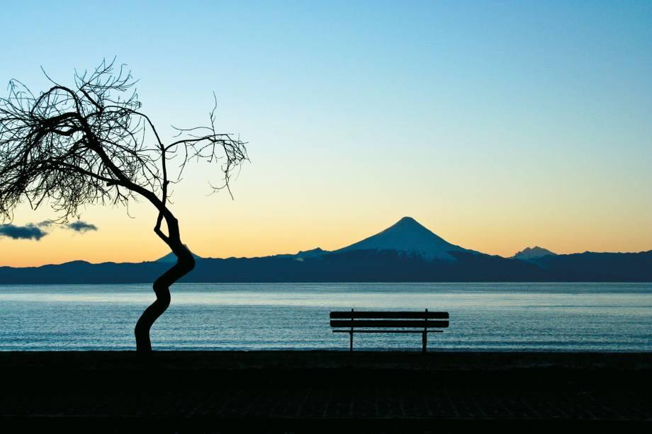 Lago Llanquihue e vulcão Osorno ao fundo na cidade de Puerto Varas, Chile
