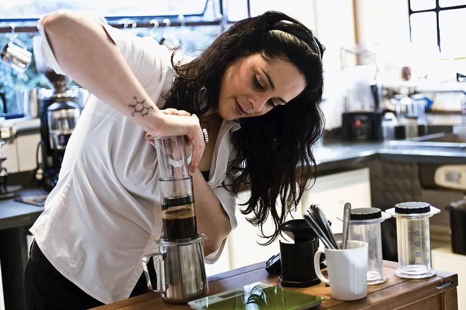 """<strong><a href=""""http://viajeaqui.abril.com.br/estabelecimentos/br-sp-sao-paulo-restaurante-coffee-lab"""" rel=""""Coffee Lab (São Paulo)"""">Coffee Lab (São Paulo)</a></strong>            Torra, degustação e preparo de cafés são feitos com disciplina e cálculo para criar """"um laboratório de sensações"""", segundo a própria cafeteria. Os seis tipos de grãos vêm de cinco fazendas diferentes, mas torrefação e produção ficam nas mãos de <strong>Isabela Raposeiras</strong> <em>(foto)</em>, campeã do primeiro Campeonato Brasileiro de Baristas em 2002, sua equipe de baristas sêniors e equipamentos high-tech. Além dos clássicos <strong>expresso, expresso panna, macchiato, cappuccino e latte</strong>, a casa traz os sempre gelados <strong>café shakeratto, frappé de cappuccino e o """"chocolate da vovó calorenta""""</strong>, além de novidades como café coado e frech press, ambos na extraídos na mesa. Destaque para a """"xicragem"""", uma degustação em três estágios. Ao final do primeiro estágio, o cliente ganha a bebida que mais gostou; após o segundo, uma xícara transparente; e, ao final do terceiro, um pacote de café. <em>R. Fradique Coutinho, 1340 (V. Madalena),11/3375-7400</em>"""
