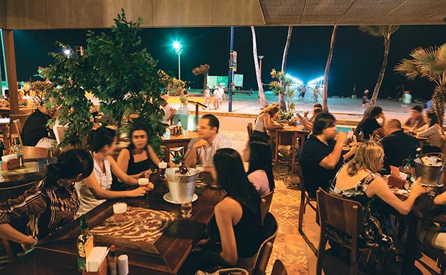 """<a href=""""http://viajeaqui.abril.com.br/estabelecimentos/br-ce-fortaleza-restaurante-boteco-praia"""" rel=""""Boteco Praia, Fortaleza: """" target=""""_blank""""><strong>Boteco Praia, Fortaleza: </strong></a>                    De frente para a praia, o agito não para e há música ao vivo todos os dias. O happy hour é badalado e a coxinha de caranguejo é uma ótima pedida."""